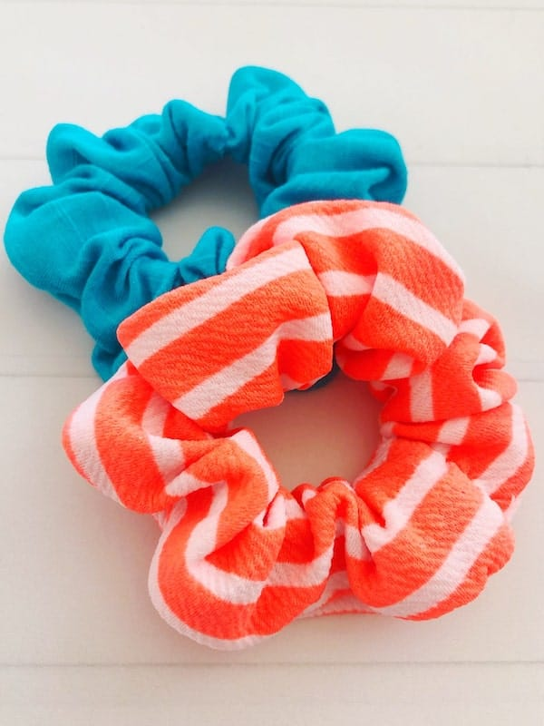 This DIY shows you how to make scrunchies with a few basic supplies. Instructions include ways to make them with a sewing machine and without a needle and thread. via @AndreaDeckard